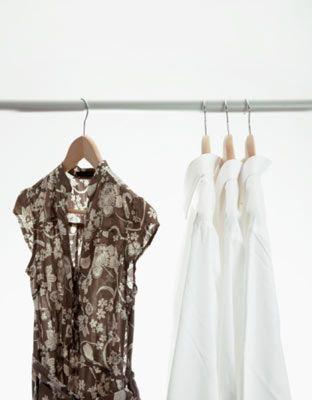 4. Bir sonraki günün kıyafetini geceden hazırla ve bir askıyla dolabının kapısına as. Sabah ne giyeceğim telaşından kurtulmanın en pratik yolu!